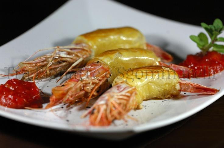 Gamberoni in sfoglia con lardo di Colonnata, accompagnati da Chutney di peperone e mango