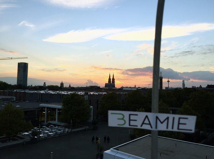 Auf der INTERMOD in Köln konnten wir das Publikum mit unserem Beamie Hoverboard wieder direkt begeistern. Wir wurden nach einem anstrengenden Messe-Tag mit einem farbenfrohen Sonnenuntergang und einem tollen Blick auf den Kölner Dom belohnt.