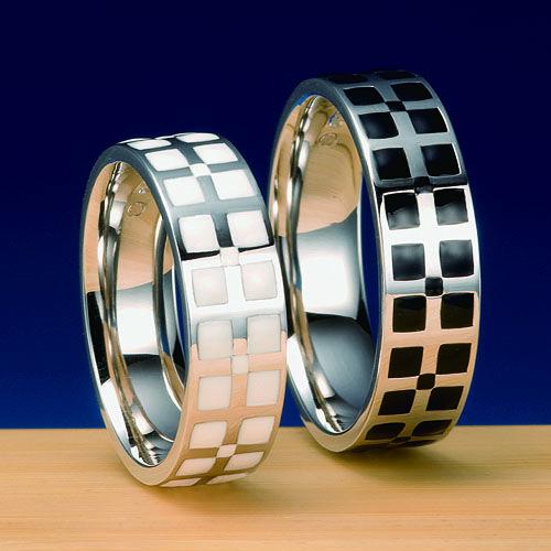 結婚指輪 風車 -kazaguruma-  風車を結婚指輪にデザイン。   風がなくては風車は回らない。風と風車をおふたりに喩えた作品。エポキシ樹脂を染色し、釜焼きしていますので、非常に硬度があり日常生活にも何の支障もなくお使いいただけます。白・黒の他に青・桃色でもご用意できます。