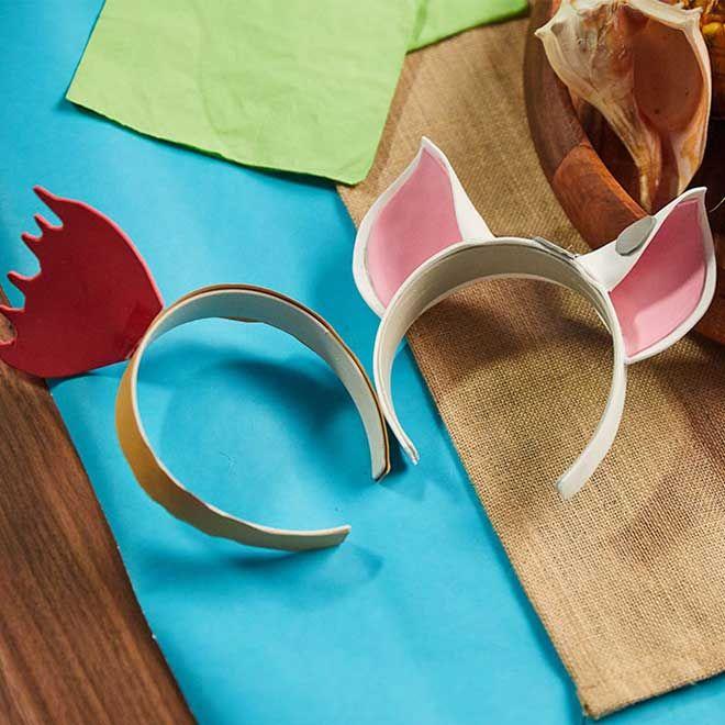 Disfraza a tus adorables compañeros con estas diademas hechas a mano inspiradas en nuestros nuevos amigos favoritos de Vaiana: Pua y Heihei.