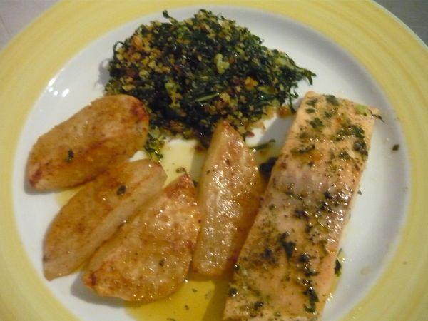 Receita Lombos de salmão em pepelote com batata assada e couve com broa salteada de Sophiagomes - Petitchef