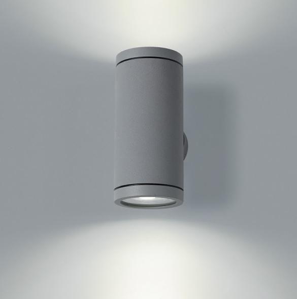 Gedigen och välarbetad fasadbelysning som ger en effekt upp- och neråt. Silverlackad grå finish och snyggt runt fäste som enkelt monteras på väggen. Hög kvalité på materialet. Fästets diameter - 6,5cmLjuskälla ingår ej.