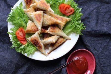 食品添加物が含まれていないヴィーガンカレーで作る、揚げない絶品カレー・サモサの作り方。