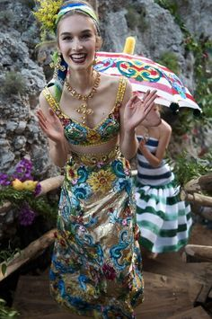 Al tramonto sono comparse le modelle con 78 splendidi abiti di alta moda; tutti pezzi unici, ispirati agli abiti del secondo impero con ricche gonne di crinolina dipinte a mano in grandi strisce colorate o con i motivi delle ceramiche artigianali.  Tutto è possibile a Capri. Anche indossare un poncho di lince sopra il costume di broccato dipinto a mano. Perché qui «la donna non vive le stagioni ma la vita, l'amore e la passione»,