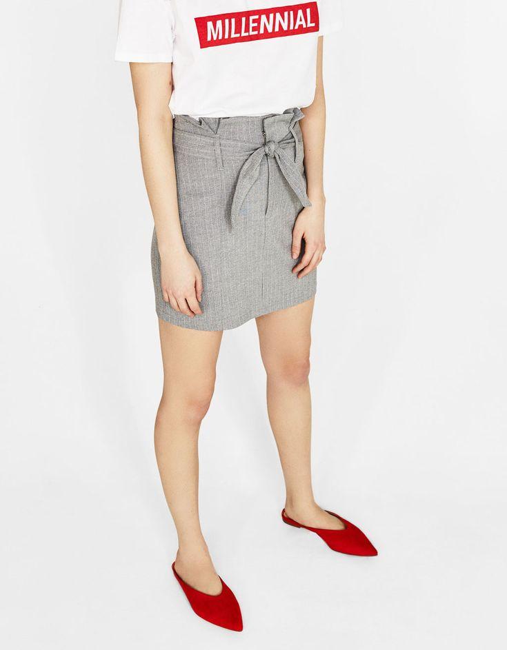Falda corta con cinturón. Descubre ésta y muchas otras prendas en Bershka con nuevos productos cada semana