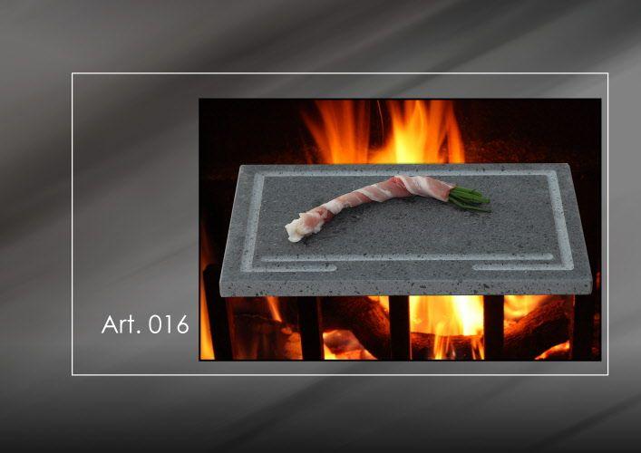 Bistecchiera in pietra lavica dell' Etna, resistente al calore con nessun pericolo di rottura; richiede 5 minuti circa per potersi riscaldare. La pietra e' ricavata da antiche colate laviche, risulta assolutamente pura come il vetro di categoria A, con assoluta assenza di piombo.