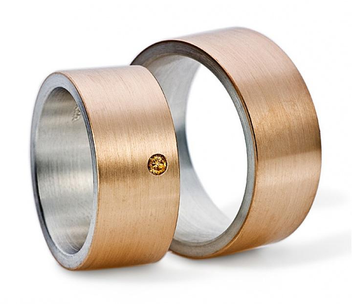 Wunderschöne Trauringe Johann Kaiser Rose aus Rosegold und Weißgold. Der Damenring ist mit einem brauenen Diamanten besetzt. By verlobungsring.de #rosegold #weißgold #rings