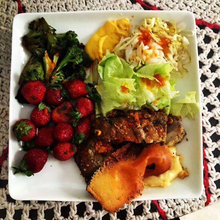 Só dieta cetogênica e jejum intermitente pra compensar o monte de porcarias que comi ontem rs 😅 . Morangos 🍓, brócolis 🥦, alface, maionese low carb, chucrute, requeijão do Norte, lombo de porco 🐽 e muita pimenta 🌶 . #almoço #alimentacaoforte #alimentacaosaudavel #alimentacaofitness #alimentacaofuncional #alimentacaonatural #comidasaudavel #comidasaudavel #dietacetogenica #dietaketo #keto #dietalowcarb #lowcarb #jejumintermitente #jejum #emagrecer #emagrecimento #perderpeso…