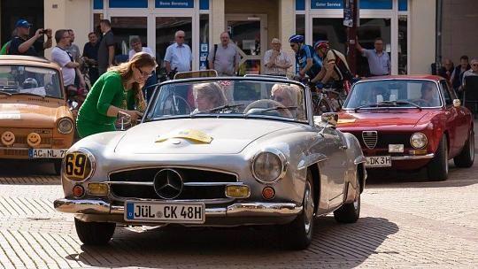 Gold-Race Indeland-Fahrt 2015: Sieger in der Touristen-Klasse wurden Christel Kraft und Roswitha Reuscher mit einem Mercedes Benz 190 SL, Baujahr 1956.