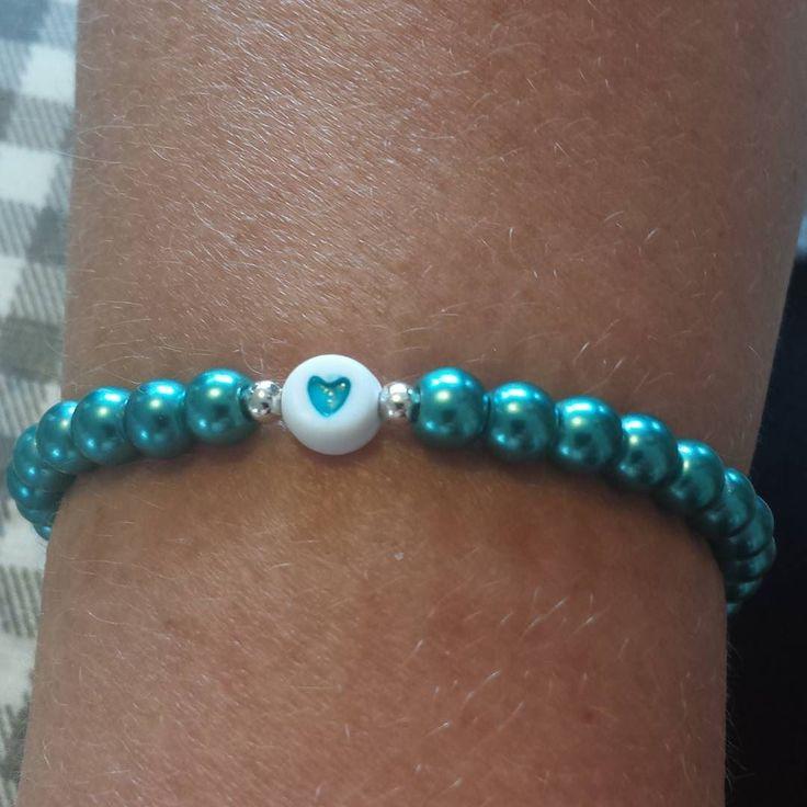 Detta armbandet fick min kollega Maria på alla hjärtans dag. #hannakristinadesign #vaxadepärlor #allahjärtansdag #valentineday #armband #bracelet #metallpärlor #hjärtan by hannakristinadesign