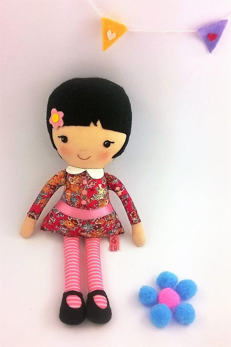 Bambolina di stoffa moretta con capelli corti e vestitino a fiori colorati alta 26 cm Bambola di pezza con capelli neri e occhi neri di CucuKids su Etsy