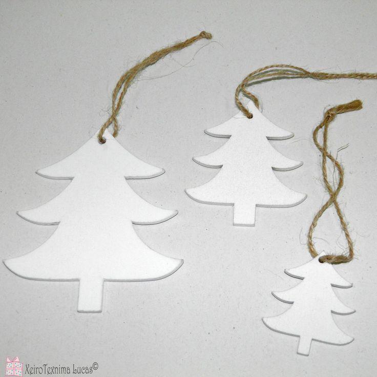 Ξύλινα έλατα για χριστουγεννιάτικη διακόσμηση. White wooden christmas trees for decoration.