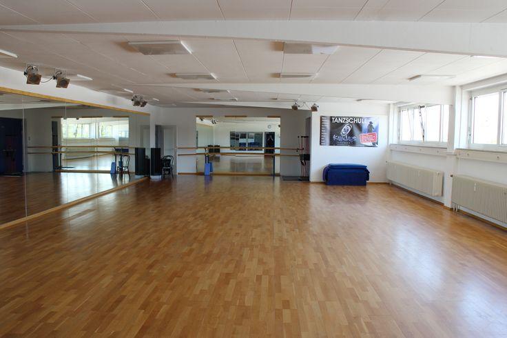 Tanzstudio vermietet Tanzräume Stunden oder Tageweise. Studio 1 ca. 155 qm ca. 9 x 17m ohne Säulen mit Echtholz Parkett Tanzboden ausgelegt. Lange Spiegelfront an der Längsseite sowie Spiegel auf einer Seite. Fensterfront gegenüber langer Spiegelwand, von außen nicht einsehbar. Verdunkelung nicht möglich. Musikanlage mit CD … Weiterlesen