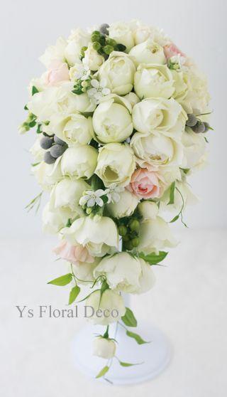 白にピンクの挿し色 シルバーの実ものも入れたキャスケードブーケ  ys floral deco  @ウェスティンホテル東京