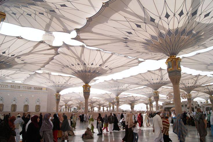 Солнцезащитные зонты в мечети Пророка, г.Медина (Саудовская Аравия). Они не только открываются и складываются, но так же подают холодный воздух и воду, что бы охладить людей,которые находяться внизу.