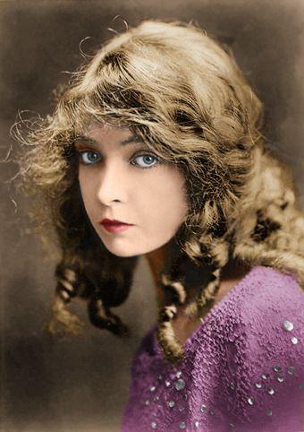 リリアン・ギッシュ(Lillian Gish)  女優歴75年  1893年10月14日 - 1993年2月27日  リリアン・ギッシュ リリアン・ギッシュ銀幕スター彩色写真館 カラー化画像  サイレント時代の創世記からの映画女優  1912年「見えざる敵」から1987年の「八月の鯨」まで実に75年間の女優を務めたハリウッドの歴史的女優。