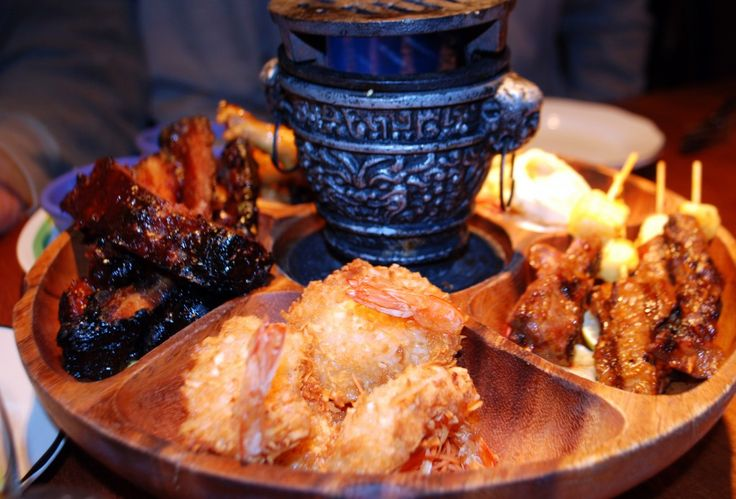 Pu Pu Platter It is made up of Hawaii chicken wings, pineapple salsa and bacon, and shrimp pu pu. The Chinese/American version has spare ribs, chicken and beef teriyaki and wontons.