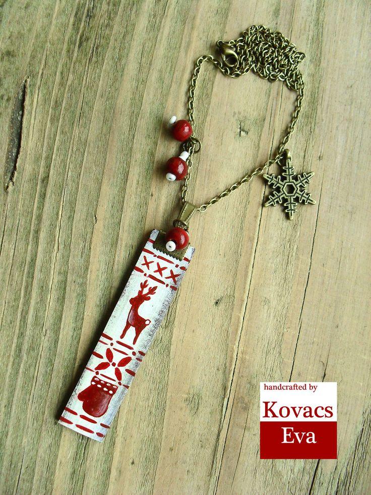 Kézzel festett fehér piros mintás téli bőr nyaklánc kesztyűvel,rénszarvassal és hópehellyel. Hand painted white red patterned winter leather necklace with reindeer,gloves and snowflake.