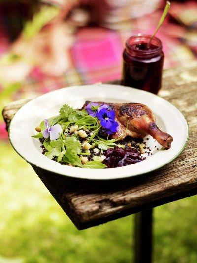 Хрустящая утка с сливовым соусом от Джейми Оливера Я являюсь большим любителем блюд из утки, это мясо мне кажется намного вкуснее и насыщенней чем обычная курица. Но стоит отметить, что в приготовлении утки большую роль играет выбор мяса. Когда я только открыл дл