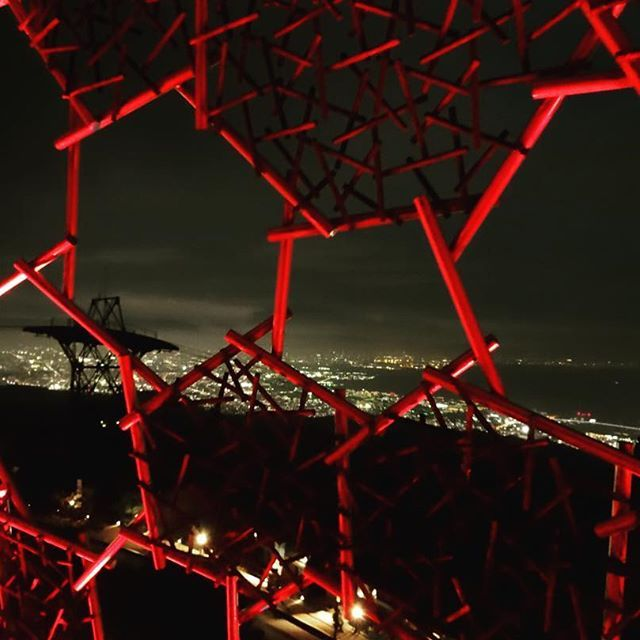 Instagram【66dbkn】さんの写真をピンしています。 《20161115 . 六甲枝垂れと100万ドルの夜景 . #六甲山 #六甲枝垂れ #夜景 #神戸 #kobe #mtrokko #強風 #死ぬほど寒かった #この後ラム肉食べた #🐏》