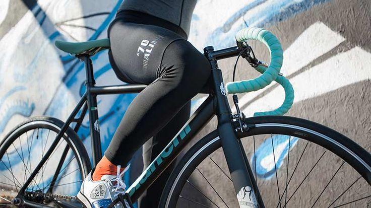 Nalini tesero1 fietsbroek. Warme fietsbroek van Nalini voor de koudere (winter) dagen. De Nalini Tesero1 fietsbroek is gemaakt van thermo stof met stretch dat voorzien is van UV protectie, zodat deze nauw aansluit aan je benen en je warm houdt. De fietsbroek heeft een nauwsluitende pasvorm voor de geoefende fietser.