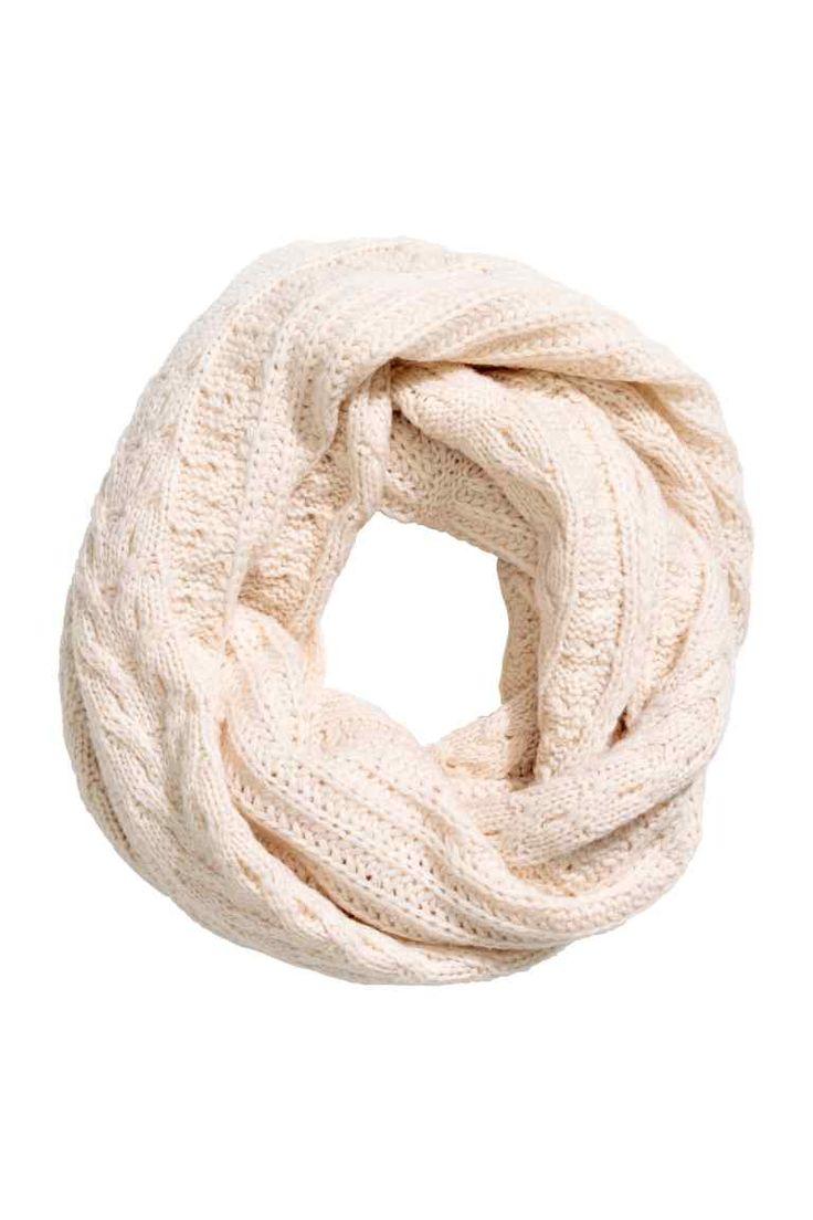 Écharpe tube en laine mélangée: Écharpe tube en maille torsadée de laine mélangée. Largeur 46 cm, circonférence 150 cm.