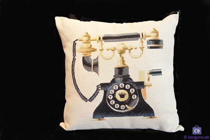 Cojín con teléfono de latón, baquelita y manivela. Fondo beige. 45 cm
