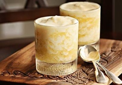 Abacaxi inteiro  - 1 Lata de leite condensado  - Meio litro (500ml) litro de vodka