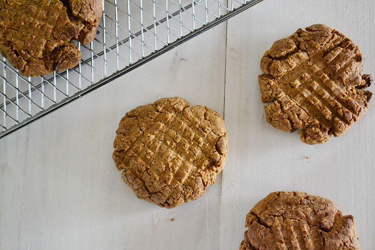 Peanut Butter Cookies (Vegan / Gluten-Free) ピーナッツバター 1/2カップ  ココナッツシュガー 1/2カップ  フラックスエッグ1個分(フラックスシード大さじ1(または粉状のフラックスシードミール大さじ1)+水大さじ3)  バニラエクストラクト 小さじ1/2  ピーナッツ粉 1/2カップ  ベーキングソーダ 小さじ1/2  塩 少々  オプション:砕いたピーナッツ、チョコレートチップ、クランベリーなど