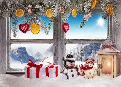 Świątecznie udekorowane okno z lampionem i bałwankami