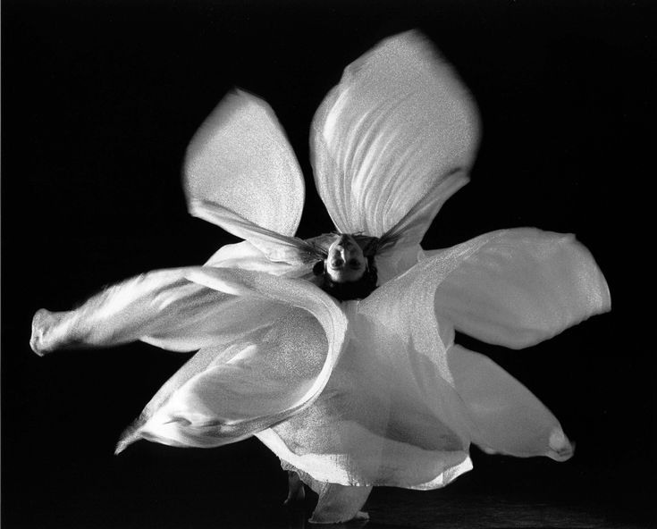 Loie Fuller(1862–1928) was a pioneer of bothmodern danceandtheatrical lightingtechniques.Fuller combined her choreography withsilkcostumes illuminated by multi-coloured lighting of her own design.
