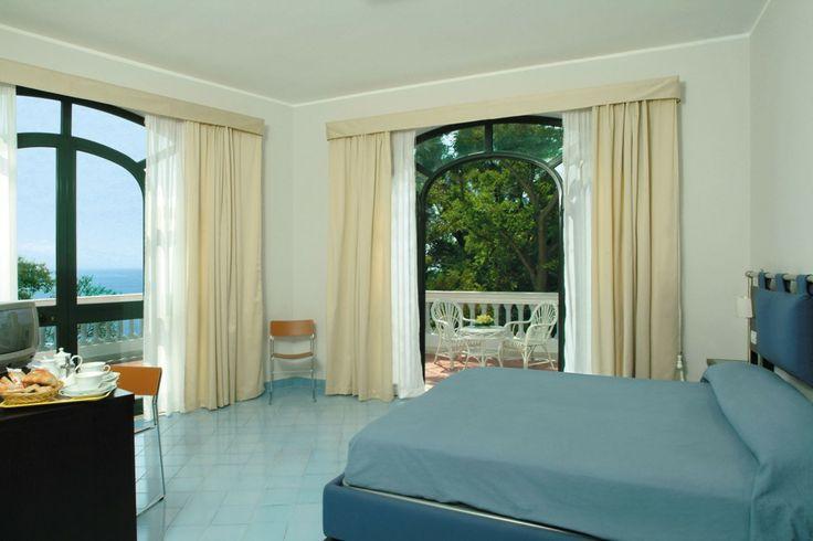 17 migliori idee su arredamento di camere d 39 albergo su for Arredamento camere hotel