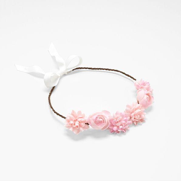 Une couronne de fleurs Jacadi idéale pour les fêtes et les mariages.