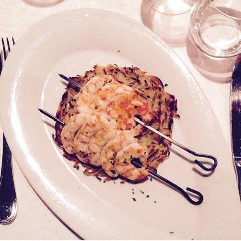 Shrimps skewers with potatoes rosti  Spiedini di gamberi con rosti di patate  #13atavola #trediciatavola #quandovolete #nofilter #food #foodie #foodgam #foodporn #foodshare #gastroart #guidemichelin #insta #instagood #instalike #instamood #instanice #instadaily #chef #chefsofinstagram #yummy #yeschef #swag #art #tasting #theartofplating #delicious #foodblogger #amazing #photooftheday by trediciatavola