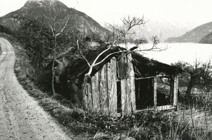 Dokumentasjonsbilder i serie av Lingestova i Valldal.