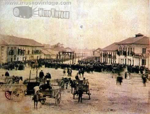 1890 Vista panorámica de la Plaza de San Victorino en Bogotá. En las cercanías de San Victorino se agolpaba la muchedumbre con motivo de mercados o ferias.