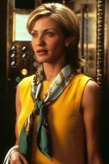 Todos los personajes de Judy Greer se merecen lo mejor. Ways To Wear A Scarf, How To Wear Scarves, Silk Neck Scarf, Scarf Knots, Best Friend Wedding, Mode Vintage, Neck Scarves, Yellow Dress, Scarf Styles