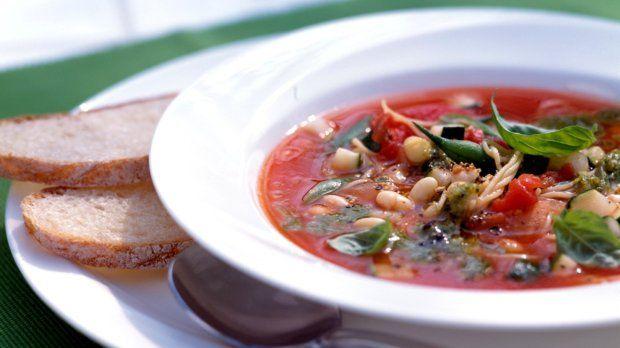 Polévka s fazolemi, těstovinami a bazalkou Foto: