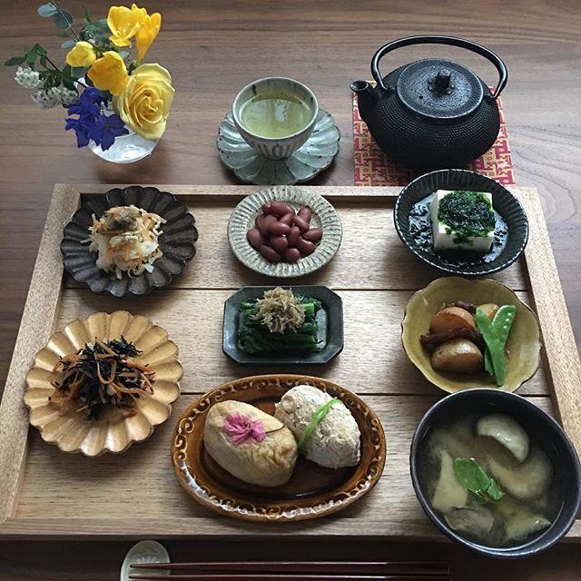 2017.4.11(火) きょうの料理の斉藤先生のレシピ。 しらす干しの山椒煮とあさりの黒胡椒煮。 しらすは低温で揚げるのがポイントのようです。 どちらも日持ちがしてアレンジしやすく美味しく出来ました♫ 今朝は切り干し大根と春菊にトッピングしました。 . 冷たい雨が降っています。 今日も頑張りましょう♫ . . ⁂ 2色のお稲荷さん ⁂ 茄子とえりんぎのお味噌汁 ⁂ 切り干し大根 あさりの黒胡椒煮かけ ⁂ ひじきの煮物 ⁂ 煮豆 ⁂ 春菊のお浸し しらすの山椒煮かけ ⁂ あおさ豆腐 ⁂ 新じゃがのソテー . . #おうちごはん #おうちご飯 #いえごはん #あさごはん #朝食 #朝時間 #家庭料理#献立#器#うつわ#料理写真 #料理日記 #常備菜#豊かな食卓 #幸せの食卓部 #花のある食卓 #ていねいな暮らし #春の食卓はじめました #食卓#ruhru春のおうちごはんコンテスト #instafood #instadaily #foodpic #foodphoto #fooddiary #foodstagram #breakfast #4yuuu #いなり寿司