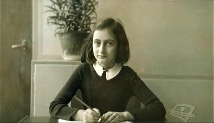 LA BRÈVE VIE D'ANNE FRANK - Une histoire dans l'histoire - La Deuxième Guerre mondiale est une période historique fréquemment évoquée et elle suscite la curiosité des élèves. Ainsi, ce documentaire permet d'explorer cette période historique à travers la vie d'une Juive allemande, Anne Frank.Cette jeune fille a commencé à tenir un journal intime en 1942, à l'âge de treize ans, soit pendant la Deuxième Guerre mondiale. Ce journal devient son confident.