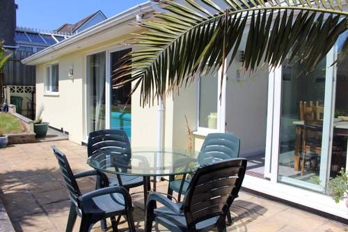 Break-away Newquay Break-away is a detached holiday home with a garden, located in Newquay. The property is 2 km from Fistral Beach and free private parking is offered.  There is a dining area and a kitchen. A TV is available.