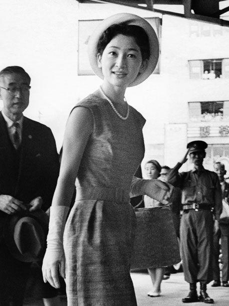 皇紀2623年(昭和38年:AD1963)年9月13日: 博多駅に到着された皇太子継宮明仁親王妃美智子(つぐのみやあきひとしんのうひみちこ)殿下→現在(平成)の美智子皇后陛下。