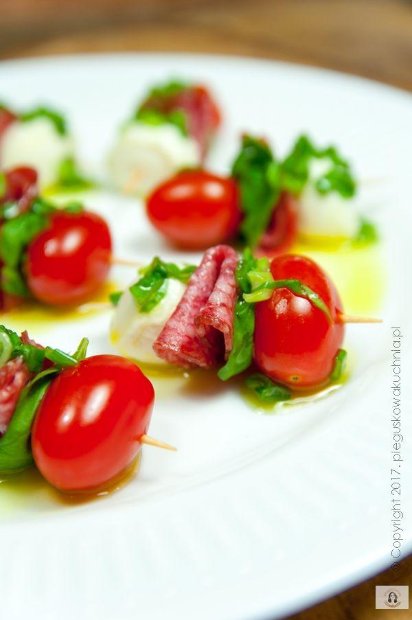Koreczki z mozzarellą i salami to bardzo prosta i efektowna przystawka. Sprawdzi się na wszelakich imprezach. Niewątpliwą zaletą jest fakt, że składniki koreczków można nadziać na wykałaczki wcześniej, a przed…