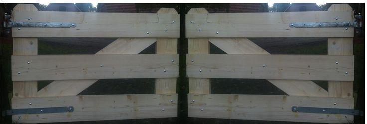 steigerhouten poort 't Gooi  Mooie landelijke en sfeervolle poorten voor in uw tuin,  bij uw erf afscheiding, weiland, speelplaats of voortuin. Deze steigerhouten poort 't Gooi  geeft dat extraatje mee buiten.