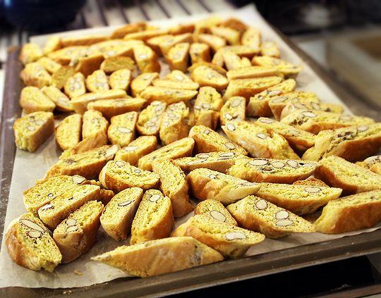 Ultima reteta invatata si probata la scoala culinara a Lellei Cesari Ciampoli au fost acesti biscuiti fermi si foarte aromati, Cantuccini. Pentru gustul unora, probabil sunt putin cam duri...