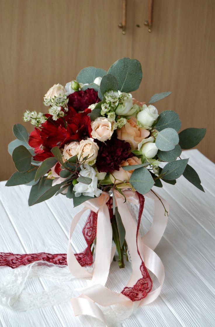 Свадебный букет марсало персиковый с гвоздикой и эвкалиптом
