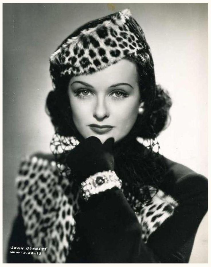 """Joan BENNETT '30-40-50-60 (27 Février 1910 - 7 Décembre 1990)  Joan Geraldine Bennett,Fue una actriz estadounidense. Hija de los actores Richard Bennet y Adrianne Morrison y hermana de las también actrices Constance y Barbara. Sus primeros pasos fueron con papeles secundarios, hasta que en 1929 apareció en la película de F. Richard Jones """"El Capitán Drummond"""".Murió el 7 de diciembre de 1990 en Scarsdale (Nueva York) debido a un ataque de corazón."""
