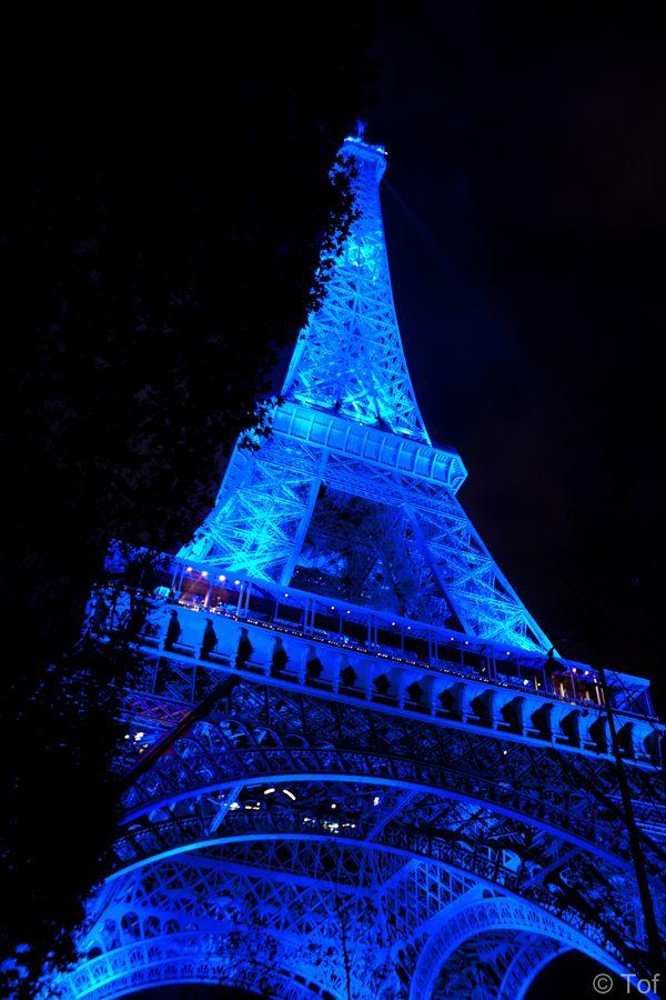 Paryż - Wieża Eiffla podświetlona z okazji narodzin brytyjskiego nastepcy tronu / Eiffel Tower in blue for Baby Cambridge, Paris