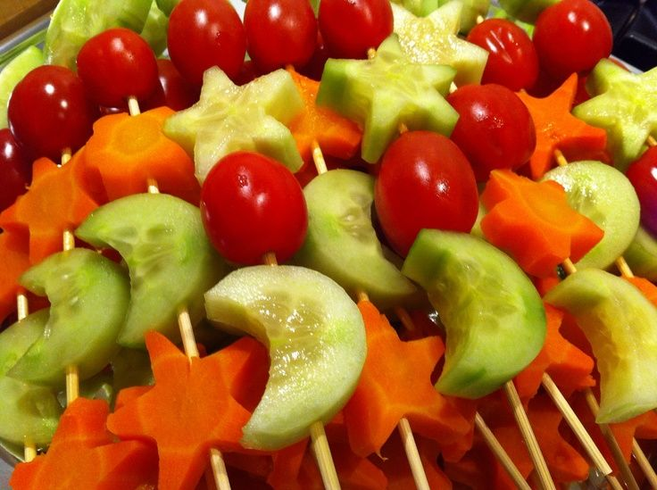 Tip! Gezond trakteren. Komkommer, tomaten en wortel spiesjes.