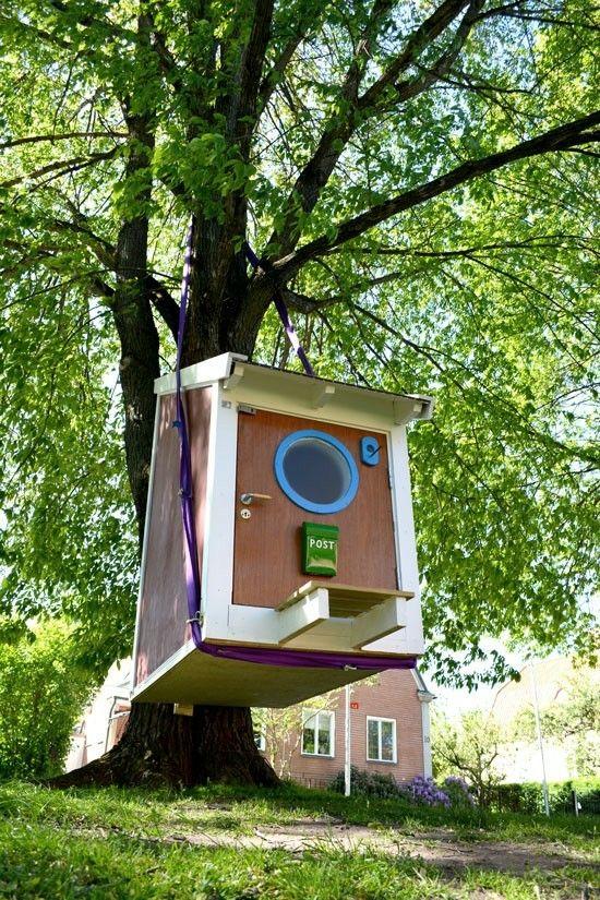 Stor fågelholk upphängd utanför konstmuseet i centrala Norrköping. I holken får en 90cm madrass plats, det finns också en bänk, en byrå och ett uppfällbart köksbord. I sverige är det lagligt att sätta upp fågelholkar på offentlig mark.